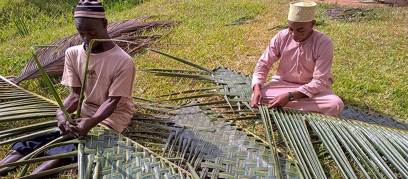 Miehet työskentelevät Sansibarissa.