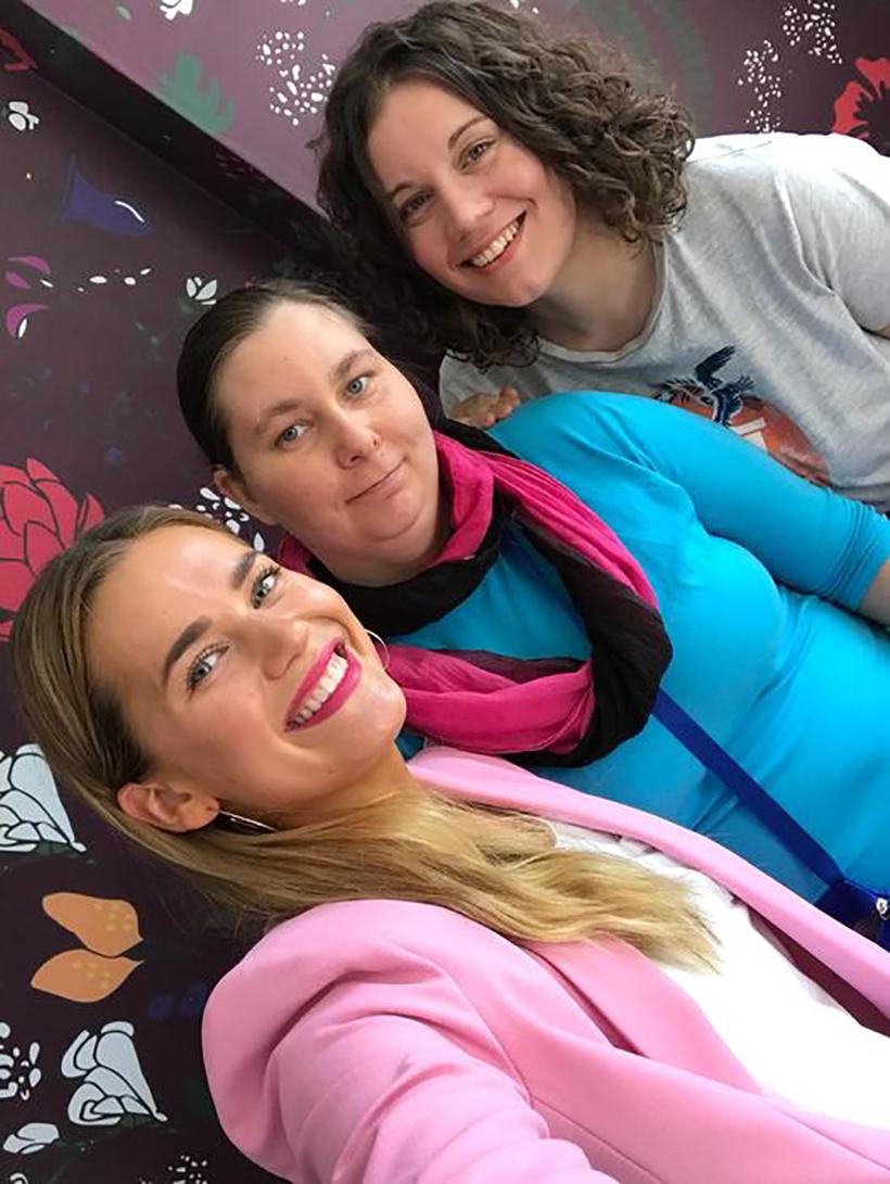Johanna Myö-hostellin Tintin ja Jennyn kanssa