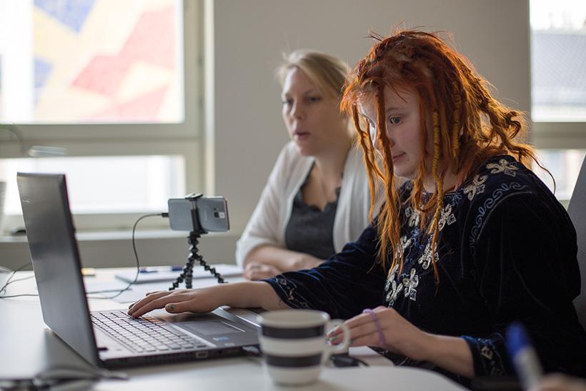kaksi henkilöä tietokoneen ääressä