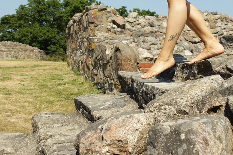paljaat jalat kivirappusilla