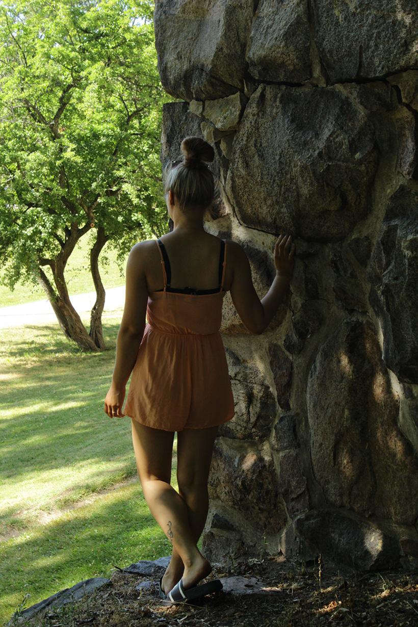 puun alla seisova nainen