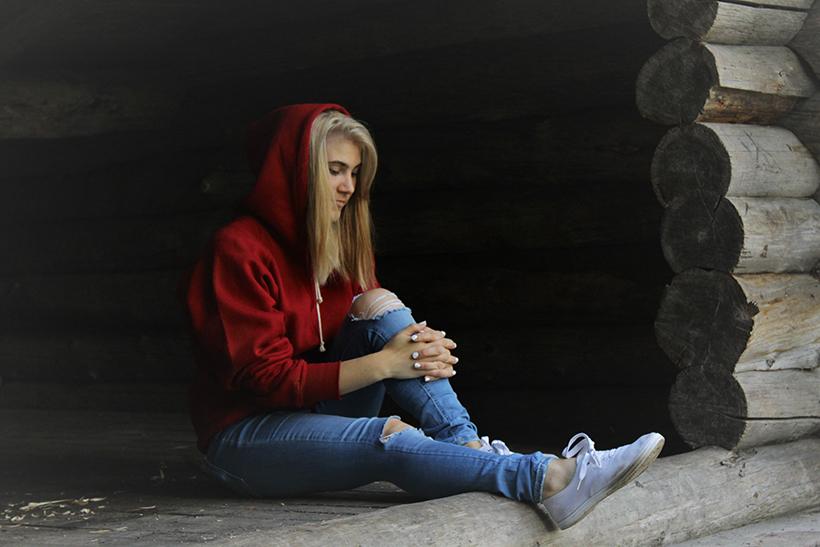 Nuori nainen punaisessa hupparissa