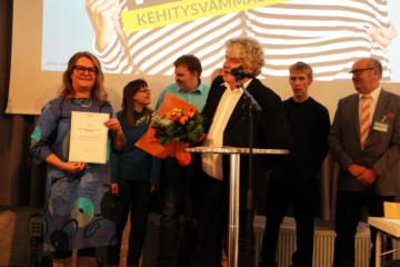 Aino Miettinen -palkinto Ihme ja Kummalle sekä Pirkanmaan sairaanhoitopiirin kehitysvammahuollon kuntoutusyksikölle