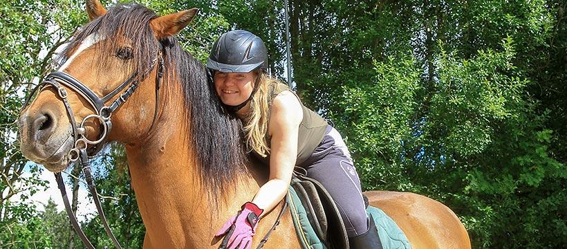 Nuori nainen ratsastaa.