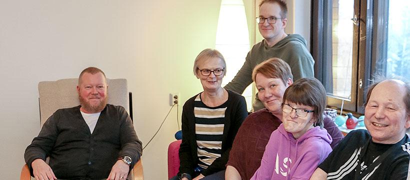Kuusi ihmistä ryhmäkuvassa.