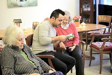Yli tuhat maahanmuuttajaa lukee iäkkäille ja kehitysvammaisille ihmisille