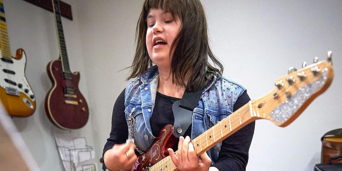 ResoRock Girls -bändin kitaristi soittaa kitaraa