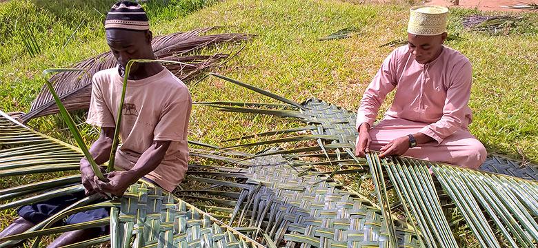 Miehet työskentelevät Sansibarissa. Kuva: Sisko Rauhala