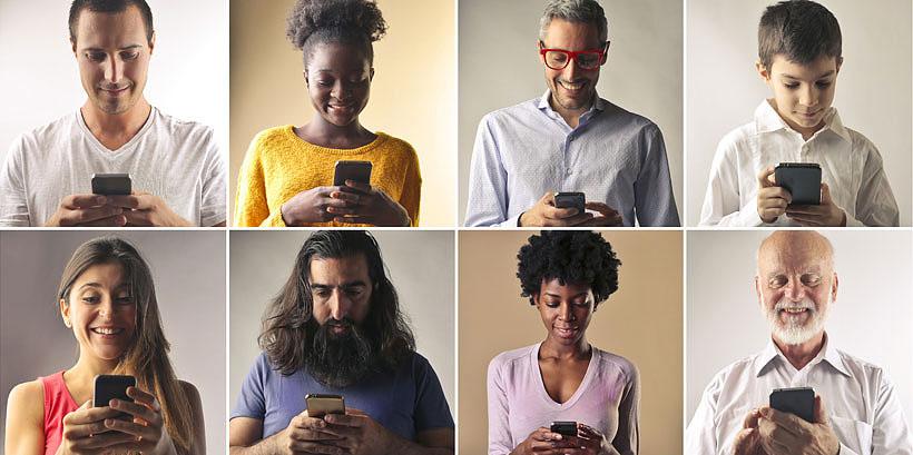 Erilaisia ihmisiä käyttämässä puhelinta.